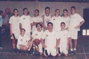 Uno de los integrantes del equipo de baloncesto del año 1999 es ahora nuestro coach de baloncesto