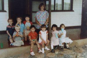 El primer grupo de estudiantes de 1986 que se convirtió en primer grado en el año 1988