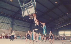 Buenísima foto tomada durante un partido de baloncesto en el año 1998