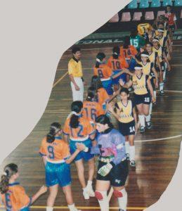 Perfecta foto del equipo de fútbol sala de la Escuela Del Valle del año 1999 previo a su encuentro