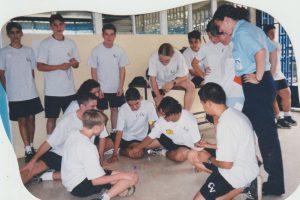 En 1999 estudiantes del colegio jugando juegos tradicionales.